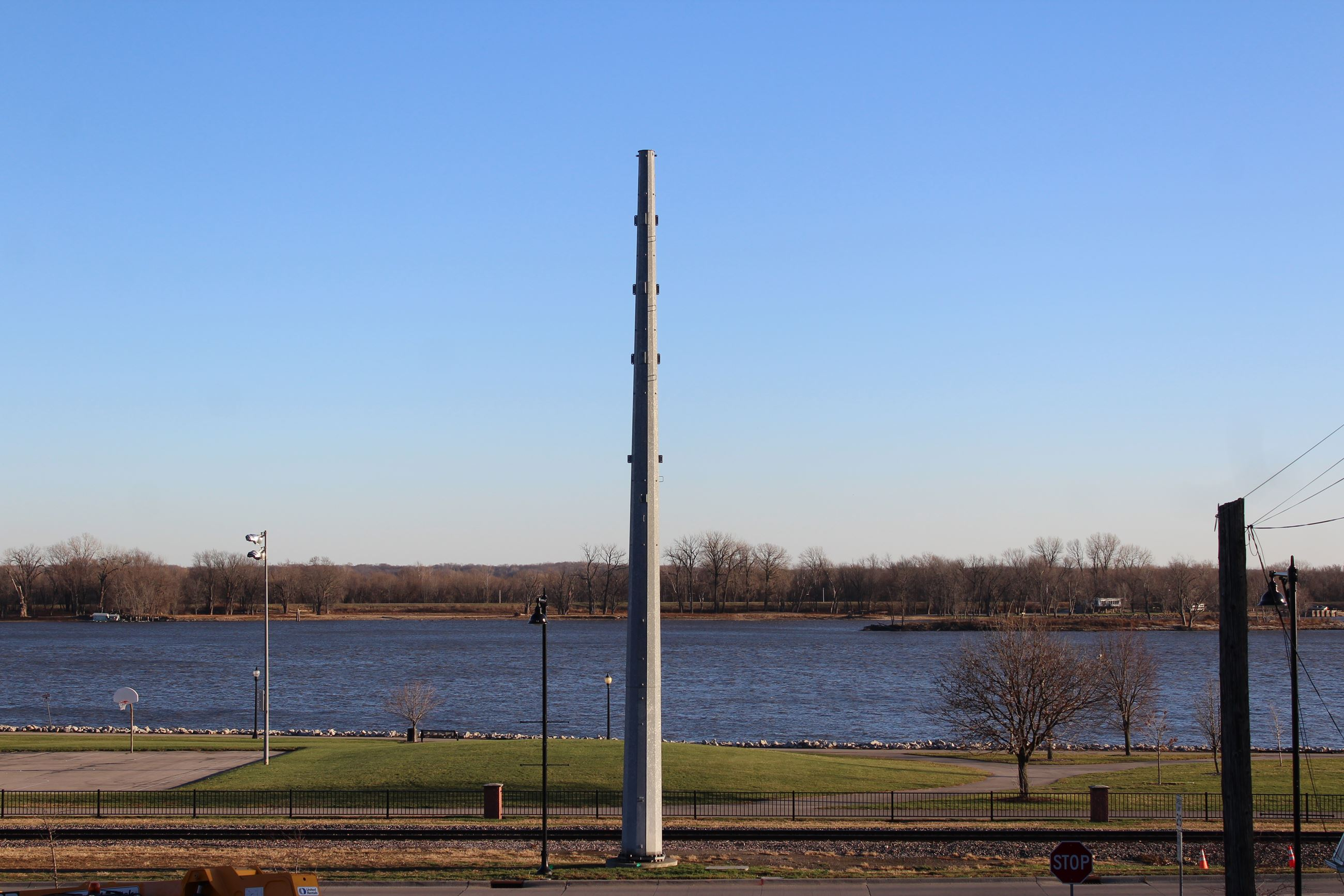 111620 Metal Pole at Linn Street and Mississippi Drive 001 (JPG)